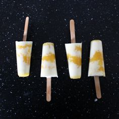 Popsicles with frozen yoghurt and mango sorbe