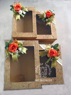 Box Seserahan (model jendela) 087874240106 Wedding Gift Wrapping, Wedding Gift Boxes, Decor Crafts, Diy And Crafts, Diwali Gift Hampers, Indian Wedding Gifts, Gift Wraping, Wedding Plates, Diwali Gifts