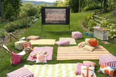 soirée cinéma dans le jardin - tapis, coussins et poufs multicolores