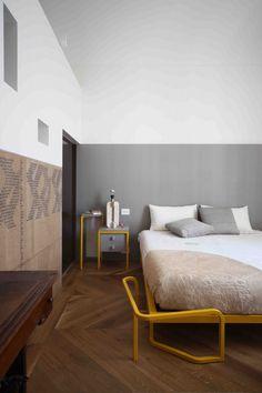 UdA architetti_Bari chambre et cube salle de bains lit dessiné sur mesure metal jaune