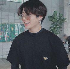 Jungkook with long hair, sunglasses and piercings.the ultimate look Jungkook with long hair, sunglasses and piercings.the ultimate look Jungkook Cute, Kookie Bts, Jungkook Oppa, Bts Bangtan Boy, Taehyung, Jung Kook, Seokjin, Namjoon, Jung So Min