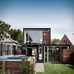That House is an award wining project by Australia´s Austin Maynard Architects. Located in a neighborhood in Melbourne, the unique house is formed by three large glass-ended boxes that open out to an expansive garden, as well as a series of co