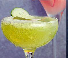 En snyggt grön och fräsch drink på gurka, äpple och citrongräs. Den här alkoholfria drinken mixas med fördel i en blender. Matberedare fungerar också, men då blir den inte riktigt lika slät. Häll upp i snygga champagneglas, fyll upp med ginger ale och njut.