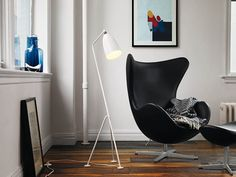 The iconic Fritz Hansen Egg chair - A sculptural design with an instant sense of empowerment is found in the forever classic, the Egg™ by Arne Jacobsen. A product on everyone's wishlist Arne Jacobsen, Dining Room Table Chairs, Living Room Chairs, Arm Chairs, Accent Chairs, Upholstered Chairs, Bauhaus, Wassily Chair, Modern Furniture