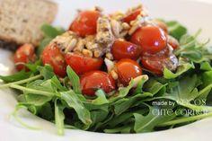 Überbackene Tomaten mit Ziegenfrischkäse auf Rucolasalat