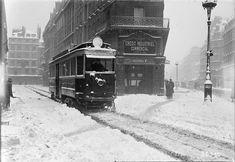 Paris sous la neige En 1919 – Un tramway circule dans un Paris totalement enneigé.