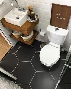Bathroom Decor above toilet Diese Bodenfliesen sin - bathroomdecor Tiny House Bathroom, Wood Bathroom, White Bathroom, Bathroom Flooring, Bathroom Interior, Bathroom Small, Bathroom Ideas, Bathroom Shelves, Tiny Bathrooms