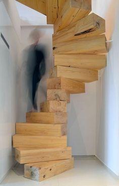 Een eenvoudig houten trap. 'Gewoon' blokken stapelen :-)