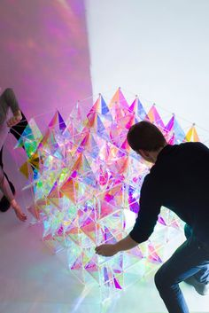 This cosmic-inspired geometric masterpiece was born when Brooklyn-based design house SO-IL explored Dichroic Glass Finishes to create a three-dimensional kite that radiates an iridescent color spectrum. Kite Making, Instalation Art, Dichroic Glass, Art Design, Glass Design, Light Art, Public Art, Oeuvre D'art, Iridescent