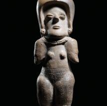 CULTURA MACHALILLA. La estética femenina se enlaza con símbolos de poder en vistosos atuendos y tocados, recordándonos la importancia de la mujer en el mundo precolombino.