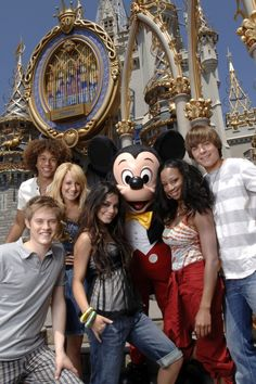 Cast of the movie High School Musical. This photo was taken on the day I met man. Disney Channel Movies, Disney Channel Original, Disney Channel Stars, Disney Stars, Original Movie, Troy Bolton, High School Musical Quotes, High School Musical Cast, Shia Labeouf