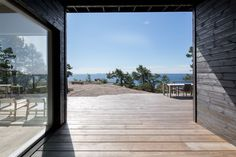 Summer House on the unique rocky land on the Baltic Sea Island by Pluspuu Oy - CAANdesign Scandinavian Cottage, Modern Cottage, Log Home Living, Summer Cabins, House By The Sea, Baltic Sea, Japanese House, Log Homes, Decoration