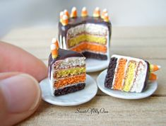 Miniature Candy Corn Cake - Dollshouse Miniature Food - Halloween Item for Doll House Scale - Made in the UK Polymer Clay Cake, Polymer Clay Animals, Polymer Clay Miniatures, Polymer Clay Creations, Polymer Clay Crafts, Biscuit, Halloween Miniatures, Dollhouse Miniatures, Chocolate Icing