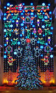 The classic Macy's Holiday Light Show in Philadelphia is the perfect place to visit during the holidays! #PAHolidays
