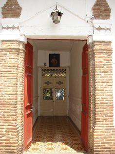 Arquitectura Santa Fe de Antioquia. Foto Alejandro Guzmán Garage Doors, Floor Plans, Flooring, Outdoor Decor, Pictures, Home Decor, Colombia, Tiles, Earth