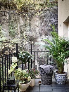 Scandinavian exterior design Exterior Wood Stain, Exterior Doors, Scandinavian Interior Design, Home And Living, Exterior Design, Outdoor Spaces, Real Estate, Plants, Design Ideas