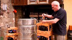 Craft-Biere | Heimatrauschen | BR // In David Hertls Leben dreht sich alles um Bier: Der 24-jährige aus Thüngfeld ist Deutschlands jüngster Braumeister und Biersommelier in einem, er betreibt auch Frankens kleinste Braumanufaktur. Auf dem elterlichen Hof braut er im ehemaligen Schweinestall so genannte Craft-Biere - hausgemachte, exotische Bierkreationen, für die auch schon mal frische Erdbeeren vom Feld im Sudkessel landen.