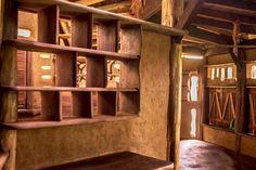Interior da casa feito de madeira e barro