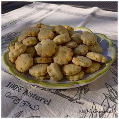"""Pourquoi faire soi-même ses biscuits apéritif ? Pour éviter les huiles """"douteuses"""", pour choisir sa farine et pour limiter le sel. Pour 50 petits biscuits - 200 g de farine blanche - 1/2 sachet de levure - 5 cl d'huile de sesame - eau - Graines (Pavot,..."""