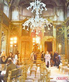 米蘭秋冬女裝周TOD'S在古蹟中辦秀,華美的水晶吊燈、壁爐,讓人仿若置身在過去的美好年代裡。陳慧明攝