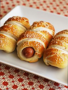 Pretzel Dogs - hot dogs wrapped in homemade soft pretzel dough! So delicious! Pretzel Dogs - hot dogs wrapped in homemade soft pretzel dough! So delicious! Pretzel Dogs, Game Day Food, Football Food, Hamburgers, I Love Food, Appetizer Recipes, Appetizers, Food To Make, Food Porn