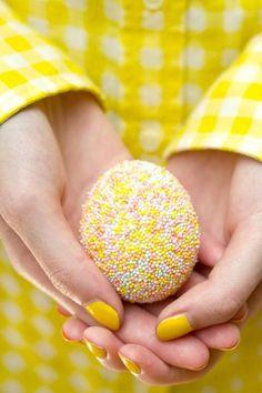 Uova di Pasqua decorate con palline variopinte