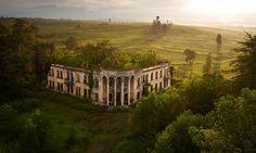 Drone foto Een geruïneerde school in de afgescheiden republiek van Abchazië.