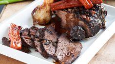מתלבטים מה להכין לערב החג? השף שאול בן אדרת מביא את הפרשנות לשלו לכוס החמישית: תבשיל בשר בקר עם יין אדום, סילאן, לימון פרסי ואיך אפשר בלי - מלא שום