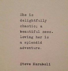 Ella es deliciosamente caótica y un lío hermoso. Amarla es una espléndida aventura