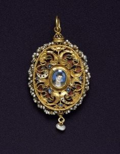 Oval gold and enamel pendant with tiny miniatures of Mary, Queen of Scots and James VI on the outside and portrait of a man on the inside, surrounded by ropework of seed pearls, late century Museum reference H. Royal Jewels, Crown Jewels, Jewelry Tags, Fine Jewelry, Antique Jewelry, Vintage Jewelry, Renaissance Jewelry, Mary Queen Of Scots, Miniature Portraits