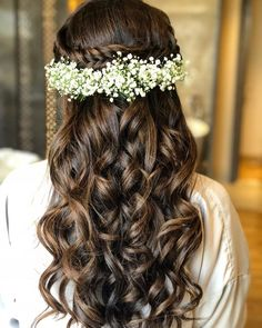 These latest open hairstyles are the best for the pre and post-wedding functions. Most of the people get confused when it comes to styling their open hair. We spotted some open hairstyles wore by. Open Hairstyles, Indian Wedding Hairstyles, Elegant Hairstyles, Bride Hairstyles, Hairstyle Ideas, Ethnic Hairstyles, Curly Hair Styles, Engagement Hairstyles, Bridesmaid Hair Updo
