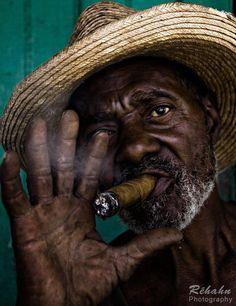 'Cubano fumando tabaco (La Habana) by Réhahn Photography.