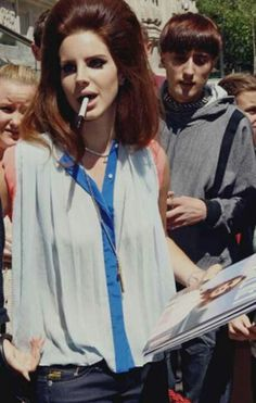 Lana Del Rey signing autographs with a pen in her mouth bouffant white shirt Born to Die era Elizabeth Woolridge Grant, Elizabeth Grant, Indie, Babe, American Singers, Girl Crushes, My Idol, Pop Culture, Beautiful People