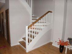 Nowoczesne białe schody z dębowymi stopniami - Schody drewniane JOACHIM KOMOR: Home Interior Design, Sweet Home, Stairs, Home Decor, Books, Home Plans, Staircases, White Staircase, House