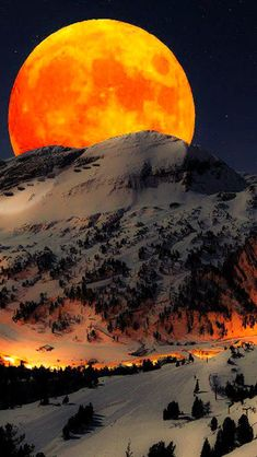 Blood moon over the Cascade mountains in Oregon.