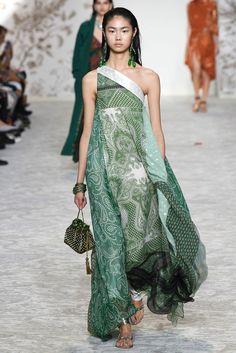 The complete Etro Spring 2018 Ready-to-Wear fashion show now on Vogue Runway. Fashion 2018, Fashion Week, Runway Fashion, Boho Fashion, Fashion Dresses, Fashion Design, Cheap Fashion, Milan Fashion, Look 2018