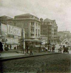 1925 - Avenida São João. Onde se vê a propaganda da Lacta e Caxambú era o tradicional Café Brandão, temos o início das obras do Edifício Martinelli.