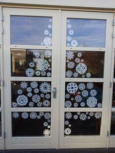 Window decoration: Christmas tree made from paper snowflakes (and paper doilies). Replace snowflakes with stars. Christmas Makes, Noel Christmas, Winter Christmas, All Things Christmas, Winter Holidays, Christmas Projects, Christmas Crafts, Christmas Window Decorations, Paper Doilies