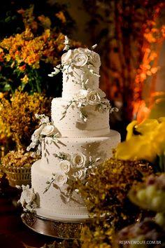 Inspiração de bolo de casamento clássico com aplicação de flores de açúcar. Bolo: Lamego  | Foto: Rejane Wolff