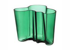Buy your Alvar Aalto vase emerald green from Iittala at Nordic Nest. Alvar Aalto Vase, Cut Glass, Glass Art, Tabletop, Contemporary Vases, Vase Design, Cylinder Vase, Emma Bridgewater, Ceramic Table