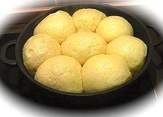 Egal ob süß oder salzig, die Dampfnudel ist eine grandiose süddeutsche Mehlspeise. Sie perfekt zuzubereiten ist allerdings keine leichte Kunst. Photo by Oliver s - German language Wikipedia (GFDL or CC-BY-SA-3.0) via Wikimedia Commons.