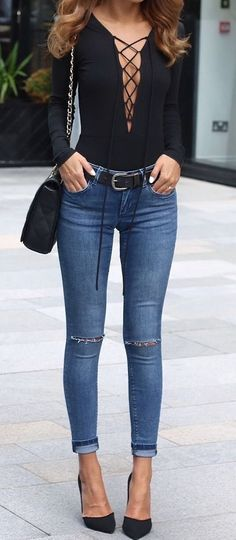 Black body on shirt + skinny jeans + black pumps