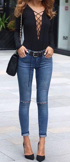 Black body on shirt + skinny jeans + black pumps