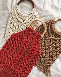 Best 11 Macrame shopping bags are the latest trendy fashion! 🙋🏽♀️ These are super stylish bags for going to the market or to carry anywhere you go… Crochet Wallet, Crochet Clutch, Macrame Purse, Macrame Knots, Macrame Patterns, Crochet Patterns, Diy Macrame Wall Hanging, Modern Macrame, Boho Stil