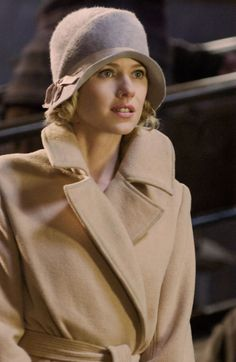 "Naomi Watts as Ann Darrow in Peter Jackson's 2005 remake of the 1933 classic""King Kong,"" wearing a beautiful camel coat and cloche. Naomi Watts, Sombreros Cloche, Cloche Hats, King Kong 2005, Flapper Hat, Mode Chic, Love Hat, Camel Coat, Costume Design"