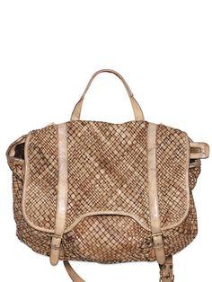 Bazı çantalar göz göze geldiğiniz an sizi büyüler. Onu almaktan başka çareniz olmadığını sessizce kabullenirsiniz. Hasır Giorgio Brato da onlardan biri. lyst.com, 938 Euro