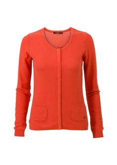 Oranjerood basic vest met lange mouwen en een ronde hals. Het item is voorzien van steekzakken op het voorpand en heeft een blinde knoopsluiting. Het is een getailleerd model, gemaakt van fijngebreide katoen kwaliteit. Valt op de heupen.