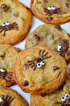 corn Halloween Desserts, Halloween Snacks For Kids, Halloween Cookie Recipes, Halloween Cookies Decorated, Halloween Sugar Cookies, Halloween Chocolate, Fete Halloween, Chocolate Spiders, Easy Halloween