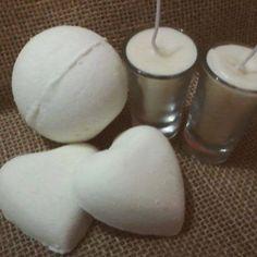 As Bath Bomb's deram super certo. As velas de massagem: perfeitas. Ambos com óleo essencial de Ylang Ylang. Com sua energia afrodisíaca, para o dia dois namorados.