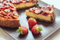 New York cheesecake with chocolate and strawberries. Cheesecake Sem Lactose, Mini Cheesecake, Chocolate Fit, National Cheesecake Day, Bruschetta, Cheesecakes, Holiday Fun, Holiday Recipes, French Toast
